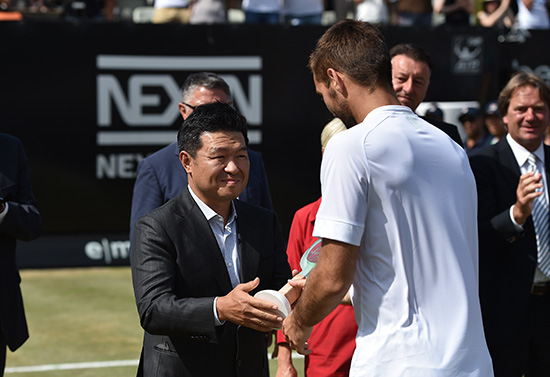 NEXEN TIRE Presents the Runner-up Trophy at the MercedesCup